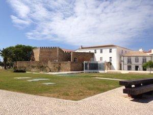Eine Stadtmauer in Lagos wehrend einer Rundreise Algarve von der Ferienwohnung