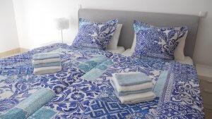 Schlafzimmer mit Doppelbett in der Ferienwohnung in Lagos Portugal an der ALgarve Beach