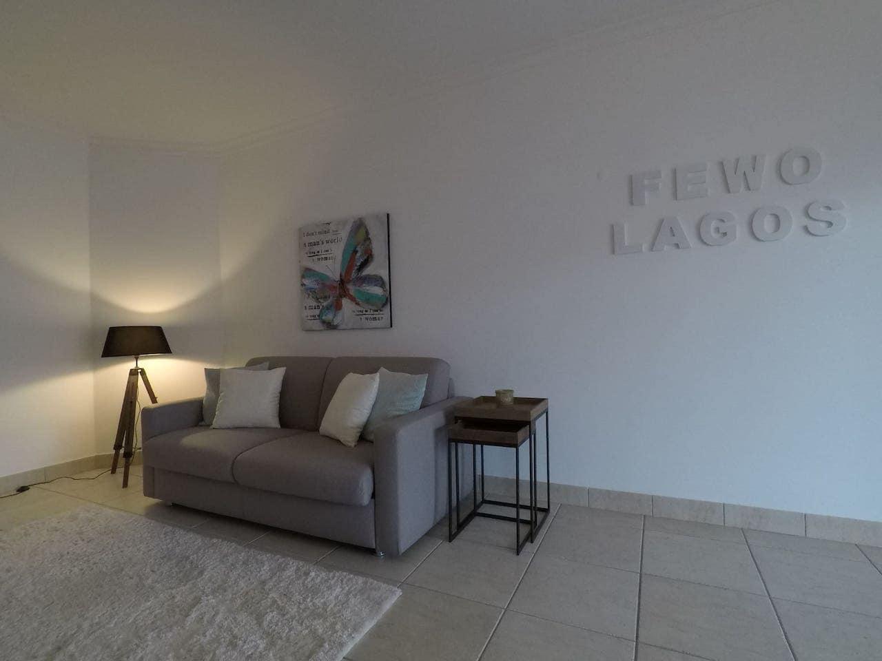 Fewo-Lagos-Wohnzimmer-Sofa-Licht Apartament Lagos Wissenswertes